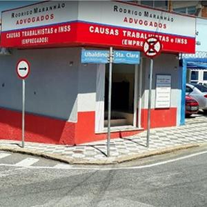 O vermelho na fachada da banca de Sorocaba/SP chama atenção de quem passa pela esquina.