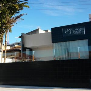 A cor escura da fachada do escritório contrasta com o azul do céu da capital paraibana, João Pessoa.