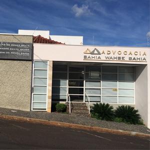 A extensa calçada em mosaico português realça a frente do escritório de Jaboticabal/SP.