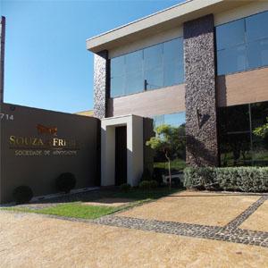 Com uma arquitetura moderna que mistura revestimento amadeirado e de pedra, o escritório de Ribeirão Preto/SP chama atenção para as variadas plantas na entrada da banca.