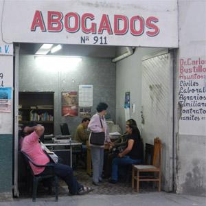 No centro comercial de Tarija/Bolívia, o pequeno cômodo que abriga o escritório acolhe os clientes que passam por ali.