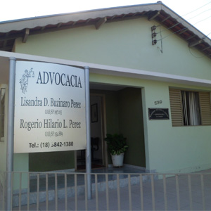 A placa metalizada contrasta com a cor neutra do escritório de Junqueirópolis/SP.