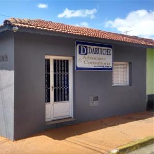 Com uma grande visibilidade por ser de esquina, a fachada da banca de Bragança paulista/SP ainda se destaca pela cor cinza, um clássico do estilo minimalista.