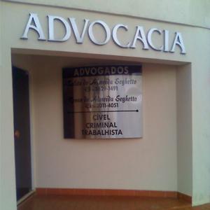 Na entrada vazada do escritório de Ribeirão Preto/SP, logo se vê uma grande placa metalizada com informações da banca.