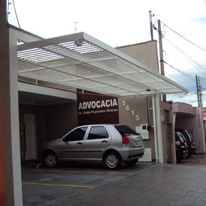 O portão suspenso abre espaço para os clientes estacionarem no escritório localizado no centro de Ribeirão Preto/SP.