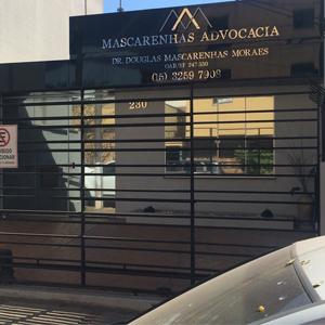 O preto na fachada e gradil confere ao escritório de Tatuí/SP elegância e modernidade.