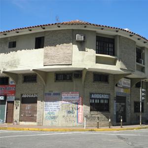 No grande prédio de esquina em Santa Cruz de la Sierra/Bolívia, o visual fica por conta das informações sobre os advogados que atendem no local.