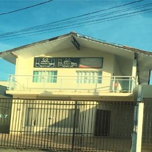 A casa com dois patamares, no estilo praiano, abriga o escritório de Caraguatatuba/SP.