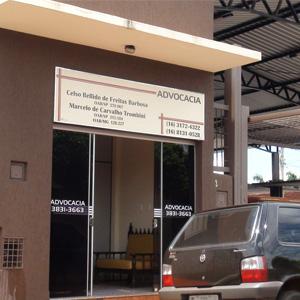 Na entrada do escritório de Guará/SP, um sofá acomoda os clientes.