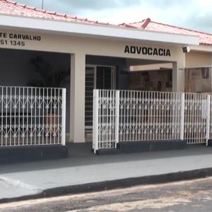 Dividindo espaço com outro estabelecimento, a banca de Guariba/SP se destaca pelo tom suave e pelas aberturas frontais.