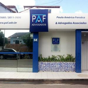 No sul da Bahia, em Teixeira de Freitas, os detalhes em azul escuro no escritório contrastam com o claro azul do céu.