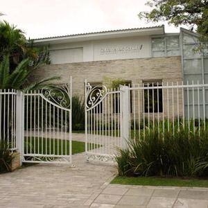 O verde e a fachada de pedras realçam o suntuoso escritório de Porto Alegre/RS.