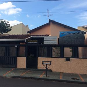 As grades bem fechadas se destacam na fachada do escritório de Barretos/SP.
