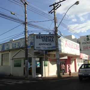 No cruzamento das ruas, o escritório de Uberlândia/MG divide o espaço com estabelecimentos comerciais.