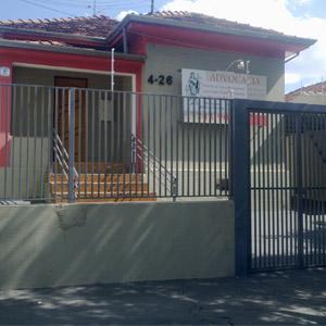 O contorno vermelho emoldura a fachada em bairro residencial de Bauru/SP.