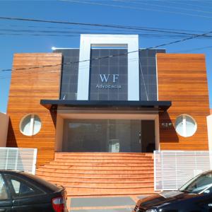 O revestimento de madeira nas paredes harmoniza com o piso de mesmo tom da escadaria do grande escritório de Tupã/SP.