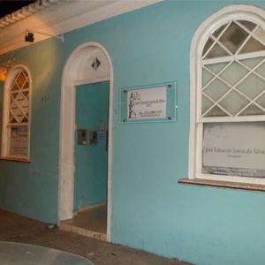 A caminho da Passarela do Álcool, em Porto Seguro/BA, os turistas se encantam com as casinhas coloridas. Em uma delas, um escritório de advocacia divide espaço com uma imobiliária.