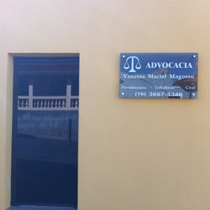 A balança da Justiça chama atenção na placa espelhada do escritório de Cajuru, interior de SP.