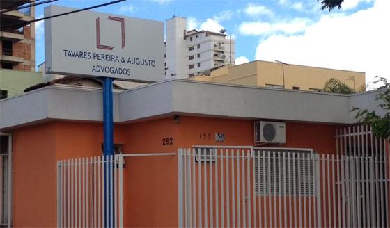A placa de grande destaque contém as cores condizentes com a fachada do escritório de Uberlândia/MG.