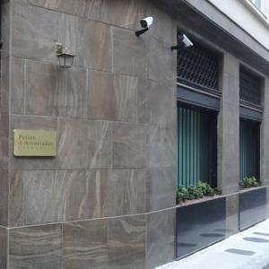 Em prédio no centro do Rio de Janeiro/RJ, a pequena placa dourada indica que ali está situado o escritório.