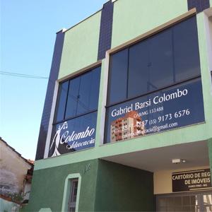 Na terra do Menino da Porteira, Ouro Fino/MG, o escritório é realçado pelas letras brancas nos vidros em tom fumê.