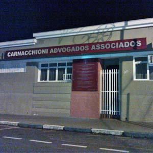 Os tons vermelhos contrastam com a sobriedade do cinza na fachada do escritório em Monte Alto/SP.