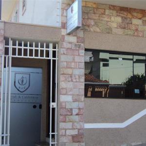 Os detalhes da parede do escritório da conhecida Varginha/MG, contrastam com os pormenores que o vidro espelhado da janela captura da rua.