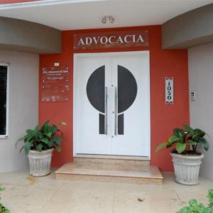 As plantas na entrada do escritório de Sertãozinho/SP enfeitam a simpática fachada da banca.