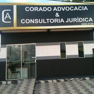 Lembrando a calçada de Copacabana, o estacionamento do escritório de Tucumã/PA, de inspiração europeia, mostra as pedras em formato de ondas pretas e brancas.