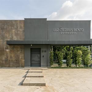 Como um belo cartão de visita, a fachada do escritório de Campinas/SP impressiona pelo toque de sofisticação e arquitetura arrojada, combinando texturas diferentes na sua composição.