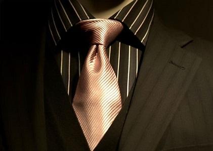 Tribunais devem observar costumes locais antes de regulamentar vestimentas