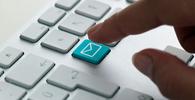 Ler e-mails durante reuniões é prática comum entre os brasileiros