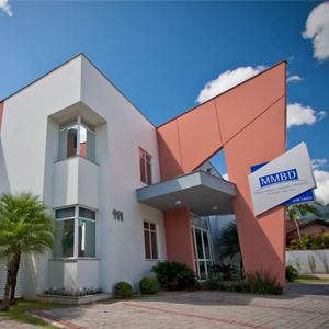 Na catarinense Jaraguá do Sul, o rosa e o branco se misturam na moderna arquitetura do escritório.