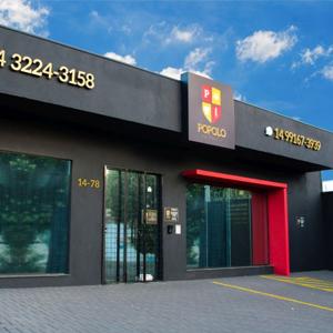A combinação das cores - preta e vermelha - confere à fachada do escritório de Bauru/SP modernidade e sofisticação.