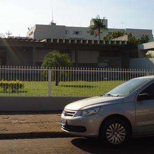 Um amplo gramado na frente do escritório de Campo Mourão/PR ornamenta a fachada da banca.