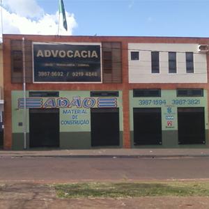 A grande placa indica a presença da banca advocatícia em Serrana/SP, que honra a pátria com a bandeira do Brasil no telhado.