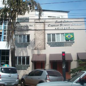 Um painel de ferro com arabescos decora a fachada da banca de Cuiabá/MT.