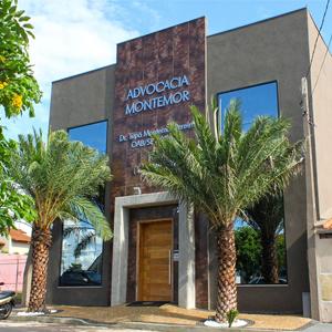 Os vidros espelhados da fachada do escritório de Potirendaba/SP garantem um visual moderno e sofisticado à banca.