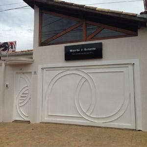 Figuras semicirculares incrementam o design dos portões da banca de Franca/SP.