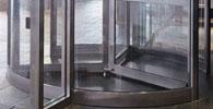 Travamento de porta giratória em agência bancária não configura dano moral