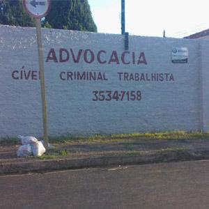 As letras garrafais em vermelho destacam o extenso muro da banca de Rio Claro/SP.
