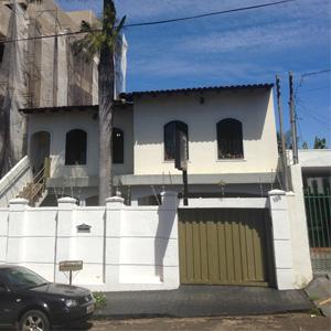 Ultrapassando os fios da rede elétrica, a alta palmeira é destaque no terreno do escritório de Uberlândia/MG.
