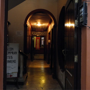 Em Tarija/Bolívia, a luz amarela, que ilumina o extenso corredor que leva até o escritório, deixa o ambiente mais aconchegante.