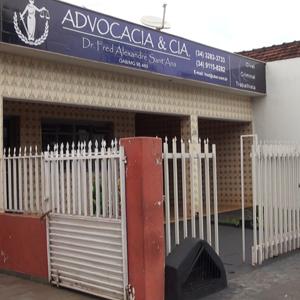 O escritório da pacata Monte Alegre de Minas/MG chama atenção pela diversidade de cores em sua fachada.