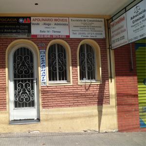 A casa de tijolos à vista e de porta e janelas arredondadas, na atrativa Poços de Caldas/MG, abriga dois escritórios de advocacia e outros estabelecimentos.