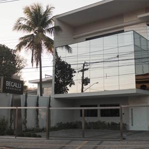 A fachada espelhada do escritório reflete a paisagem urbana da capital da porcelana Pedreira/SP.