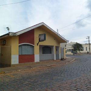 Na entrada principal da pacata Cabo Verde/MG nota-se o escritório em frente a larga rua deserta em um domingo.