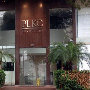A entrada da banca em SP se torna convidativa pela arborização e sua arquitetura moderna. O destaque fica por conta do logotipo do escritório.