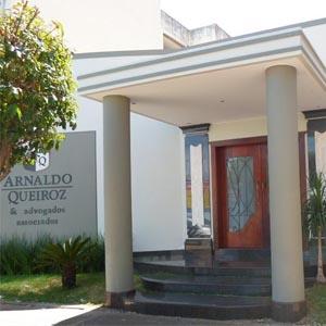 As colunas na fachada conferem um estilo clássico ao escritório de Patos de Minas/MG.