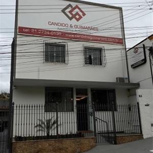 Em Rio Bonito/RJ, a fachada clean do escritório é realçada pela moderna logomarca.